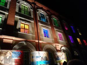 Beleuchtetes Landratsamt in Neustadt